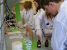 Gimnazjaliści pod kierunkiem naszych uczniów wykonują doświadczenia chemiczne